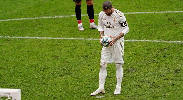 Kapitán Realu Madrid Sergio Ramos se soustředí před pokutovým kopem v ligovém utkání na hřišti Bilbaa ve španělské lize. Ramos dal gól a přiblížil Real Madrid k mistrovskému titulu.