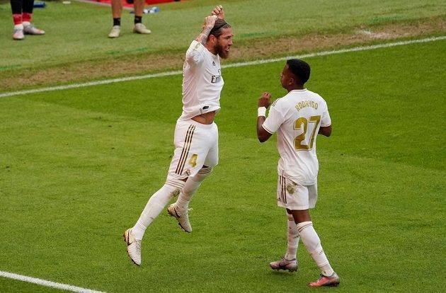 Radost fotbalistů Realu Madrid po vítězném gólu. Střelec Sergio Ramos proměnil penaltu a raduje se s Rodrygem. Bílý balet vyhrál v Bilbau.