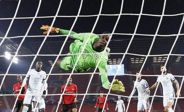 Serhou Guirassy střílí gól do sítě Chelsea v utkání Ligy mistrů. Brankář Edouard Mendy neměl nárok.