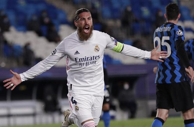 Radost autora druhé trefy Realu Madrid Sergia Ramose v duelu Ligy mistrů proti Interu Milán.