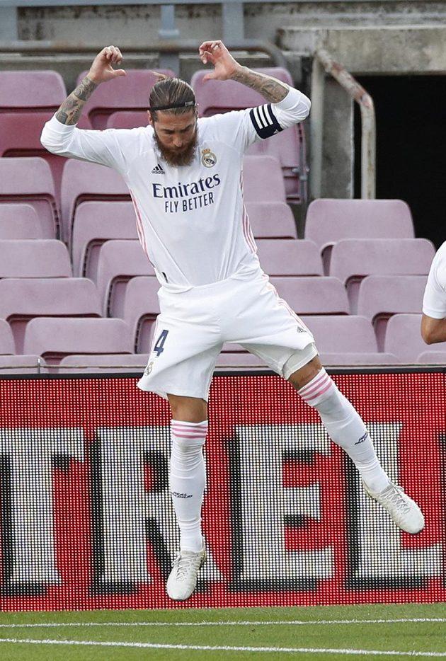 Sergio Ramos z Realu Madrid oslavuje proměněný pokutový kop.