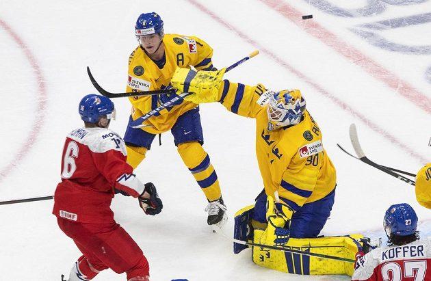 Adam Najman (16) se snaží prosadit před švédským brankářem Hugem Alnefeltem (30), přihlíží Victor Söderström (8).