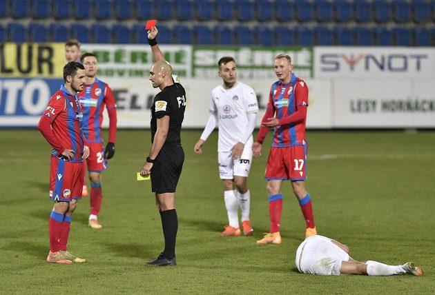 Milan Havel z Plzně dostal červenou kartu.