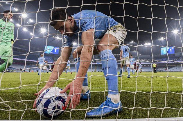 Fotbalisté Manchesteru City prodloužili vítěznou sérii o 21. soutěžní zápas. V předehrávce 29. kola anglické ligy porazili Wolverhampton. Pro míč spěchá hráč Citizens Ruben Dias.