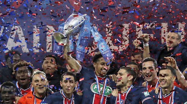 Radost v podání fotbalistů PSG po triumfu ve finále francouzské pohárové soutěže.