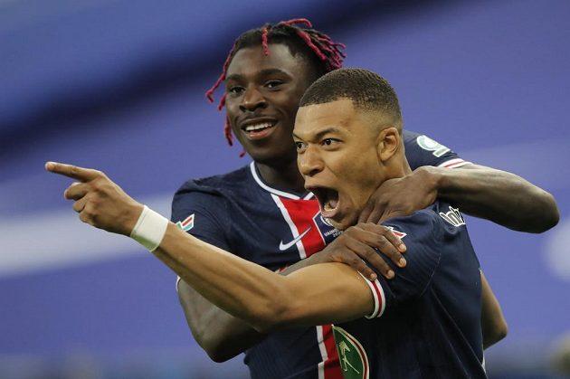 Hvězda PSG Kylian Mbappé slaví se spoluhráčem poté, co vstřelil gól Monaku ve finále francouzské pohárové soutěže.