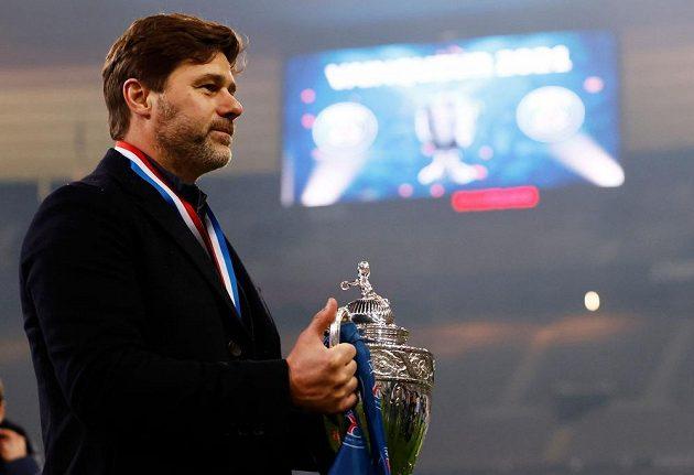 Trenér fotbalového PSG Mauricio Pochettino s trofejí.