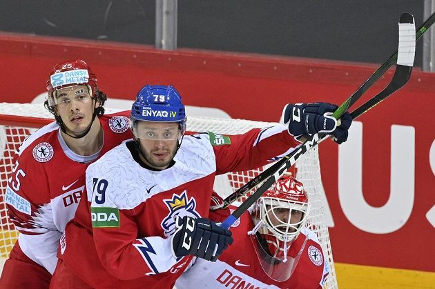 Zleva Oliver Lauridsen, Tomáš Zohorna a brankář Dánska Sebastian Dahm.