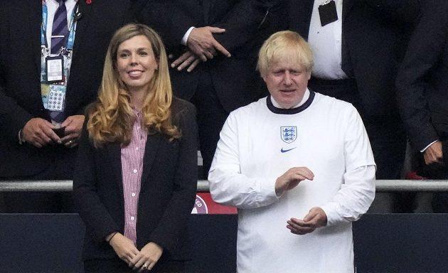 Britský premiér Boris Johnson s manželkou Carrie před finále ME ve Wembley.