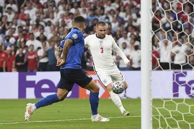 Luke Shaw (vpravo) právě střílí vedoucí gól Anglie ve finále.