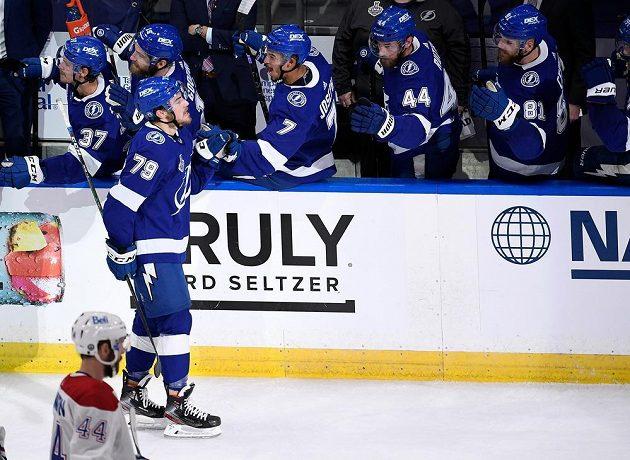 Hokejista Tampy Ross Colton (79) oslavuje se spoluhráči gól v pátém finále Stanley Cupu proti MOntrealu.